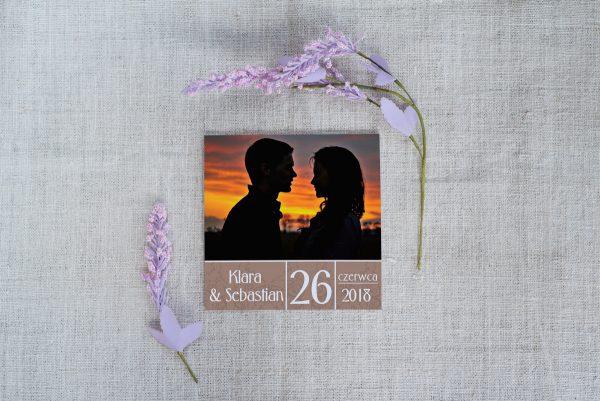 kwadratowe zaproszenie ze zdjęciem młodej pary